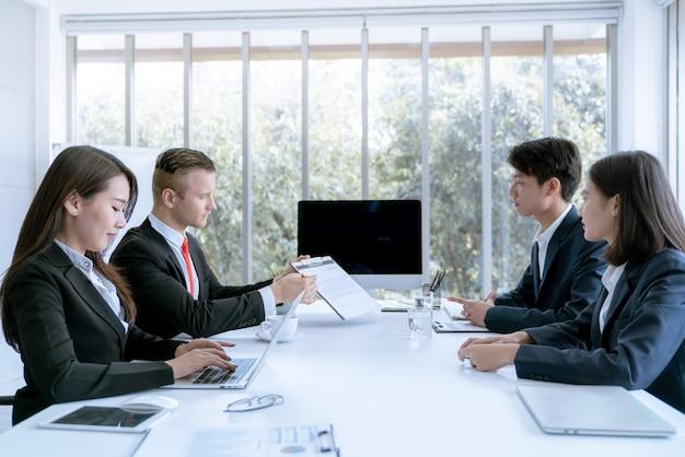 Junge geschäftsleute werden marketing-arbeitsprojekt dem kunden im büro vorgestellt