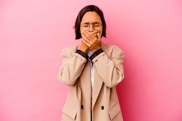 Junge geschäftsmischrassenfrau, die auf rosa wand isoliert wird, leidet schmerzen im hals aufgrund eines virus oder einer infektion