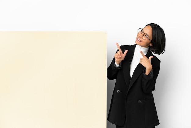 Junge geschäftsmischrassenfrau mit einem großen banner über isoliertem hintergrund, der mit dem zeigefinger eine große idee zeigt Premium Fotos