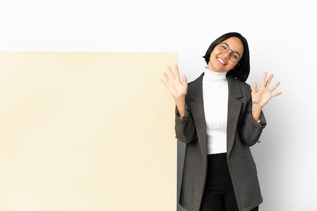 Junge geschäftsmischrassenfrau mit einem großen banner über isoliertem hintergrund, der zehn mit den fingern zählt Premium Fotos
