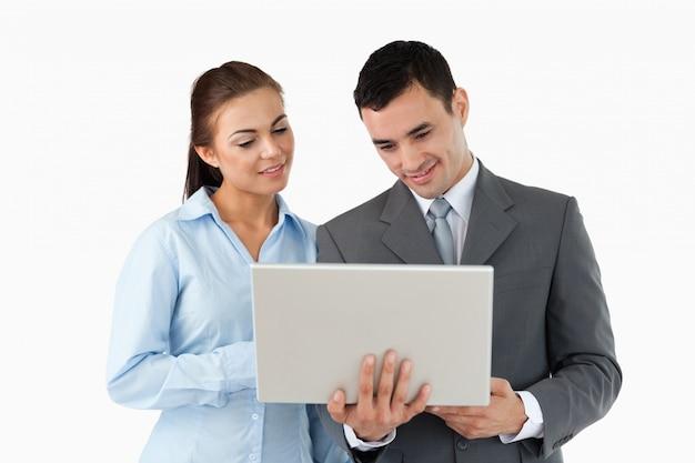 Junge geschäftspartner, die laptop betrachten