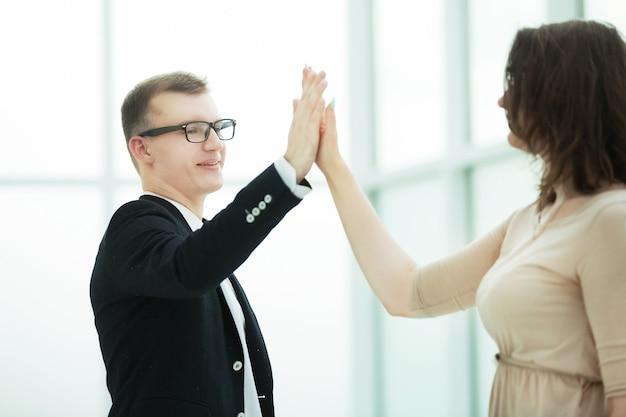 Junge geschäftspartner geben sich gegenseitig high five