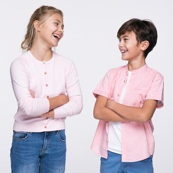 Junge geschwister, die mit den armen gekreuzt stehen