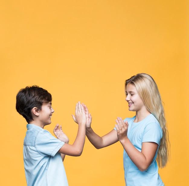 Junge geschwister, die mit kopieraum spielen