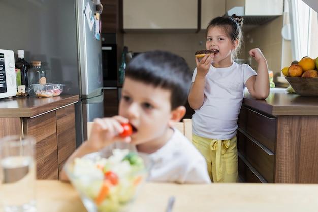 Junge geschwister, die zusammen frühstück haing sind
