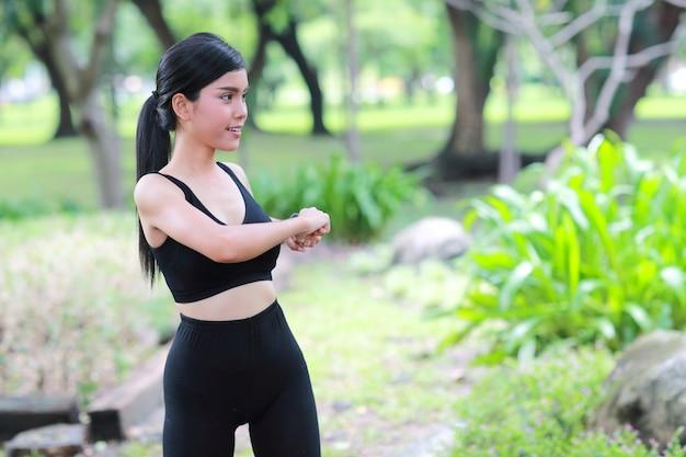Junge gesunde und sportliche frau trainieren im freien