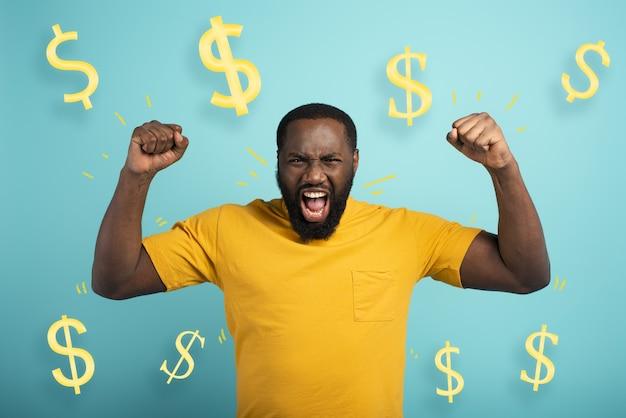Junge gewinnt geld erstaunt und überrascht gesichtsausdruck hellblaue oberfläche