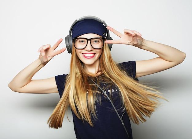 Junge glückliche blonde frau, studioaufnahme