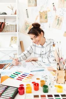 Junge glückliche dame modeillustrator zeichnung