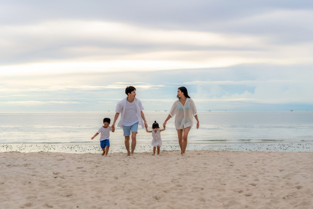 Junge glückliche familie am sandstrand