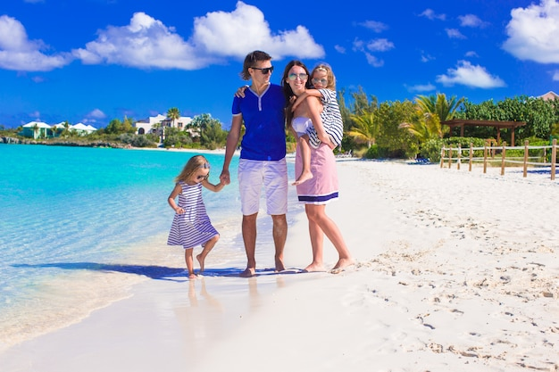 Junge glückliche familie mit zwei kindern in den sommerferien