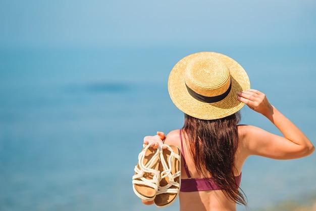 Junge glückliche frau am strand mit blick auf die berge