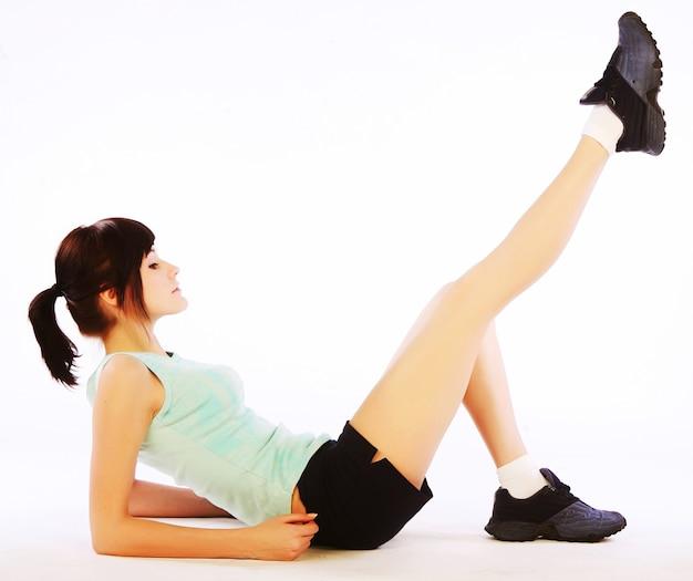 Junge glückliche frau, die fitness tut