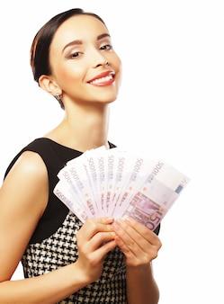 Junge glückliche frau mit dollar in der hand. isoliert auf weißem zwillingsvulkane