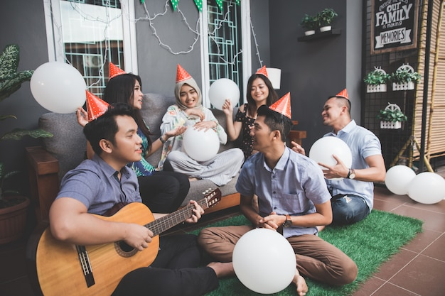 Junge glückliche freunde, die zusammen singen