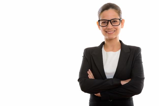 Junge glückliche geschäftsfrau, die beim tragen der brille lächelt