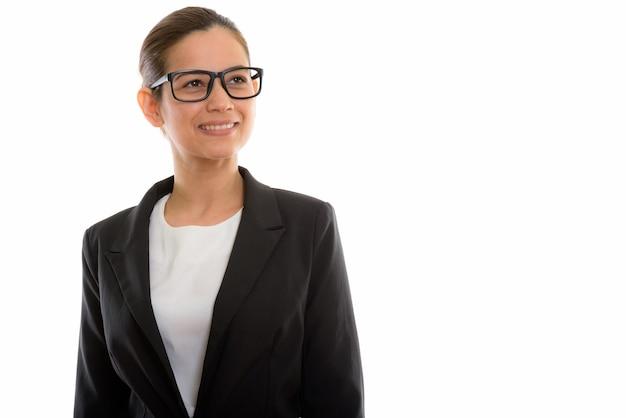 Junge glückliche geschäftsfrau, die lächelt und brillen trägt