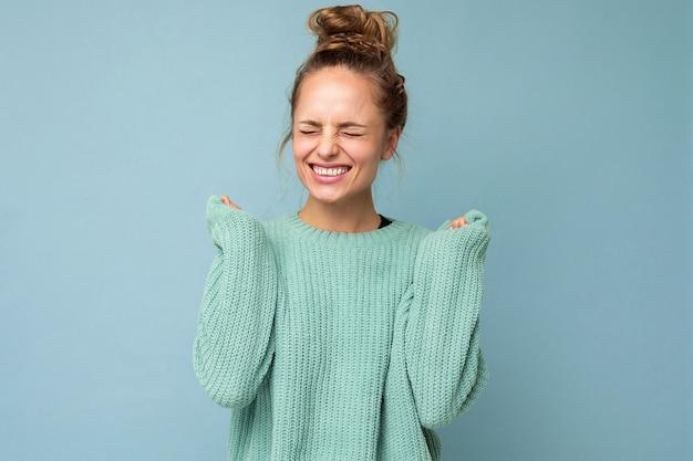 Junge glückliche positive emotionale attraktive blonde frau mit aufrichtigen gefühlen