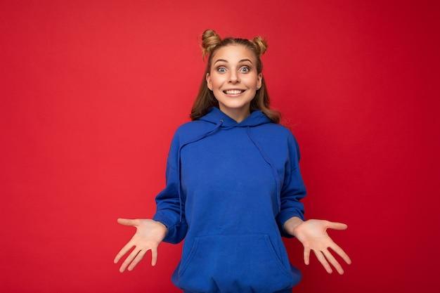 Junge glückliche positive entzückende attraktive blonde dame mit zwei hörnern mit aufrichtigen gefühlen tragen