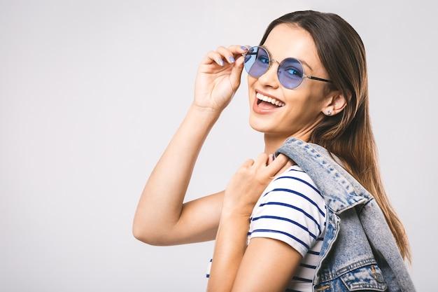 Junge glückliche schöne modefrau mit sonnenbrille
