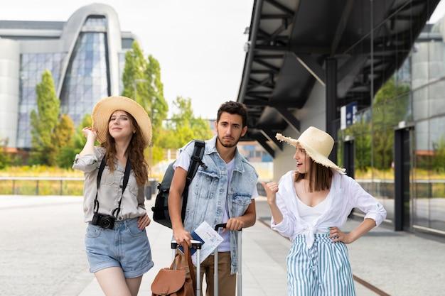Junge glückliche touristen am bahnhof