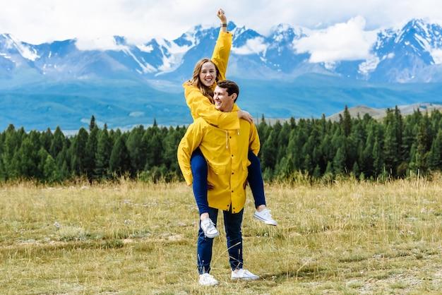 Junge glückliche touristenfreunde oder verheiratetes paar