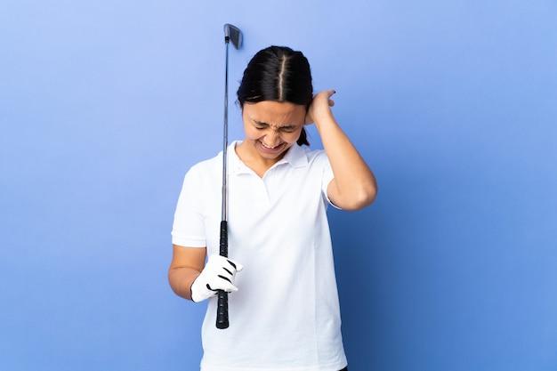 Junge golferfrau über isolierte bunte wand frustriert und ohren bedeckend