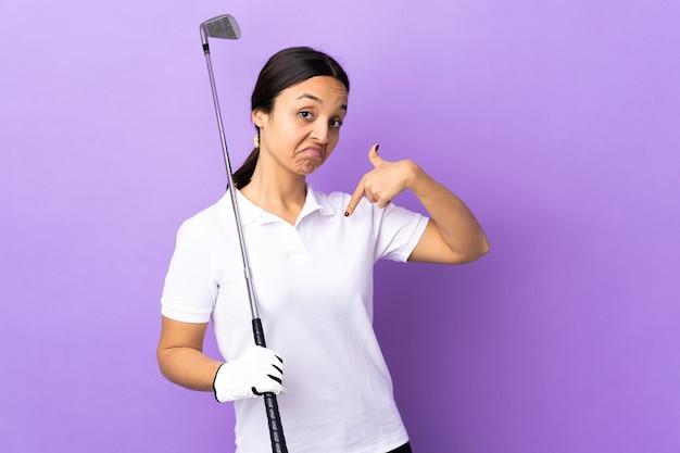 Junge golferin über isolierte bunte stolze und selbstzufriedene