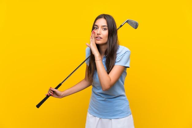 Junge golfspielerfrau, die etwas flüstert
