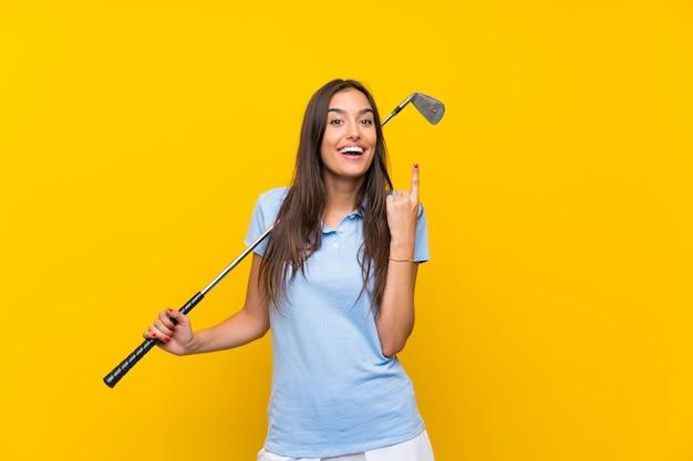 Junge golfspielerfrau, die oben eine großartige idee zeigt