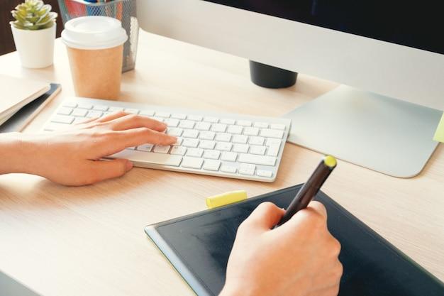 Junge grafikdesignerin bei der arbeit in ihrem büro