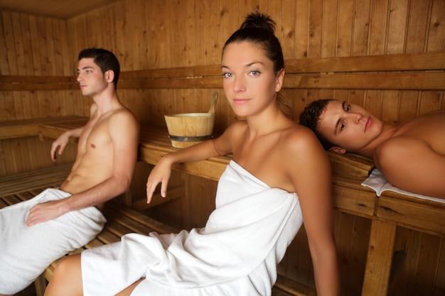 Junge gruppe der saunabadekurortherapie im hölzernen raum