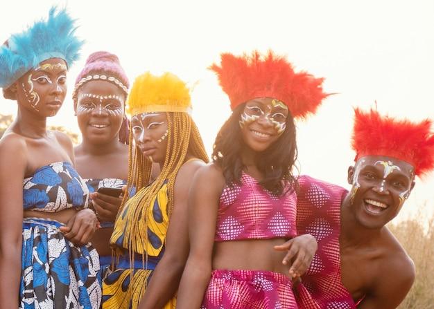 Junge gruppe von freunden am afrikanischen karneval