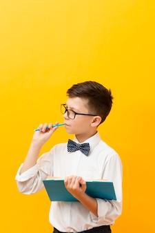 Junge hält buch mit kopierraum