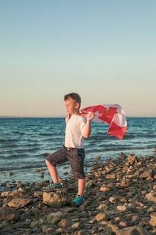 Junge hält flagge von kanada