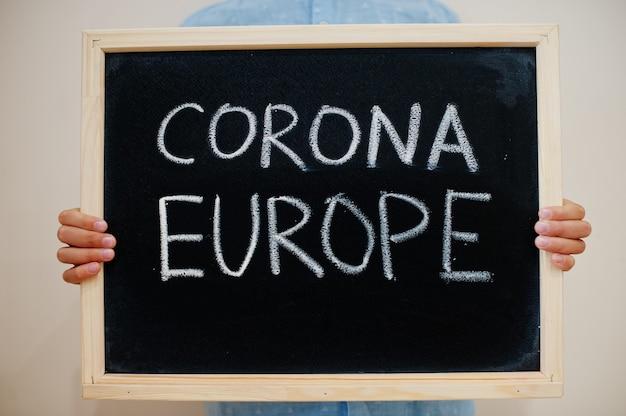 Junge halten inschrift auf der tafel mit dem text corona europe