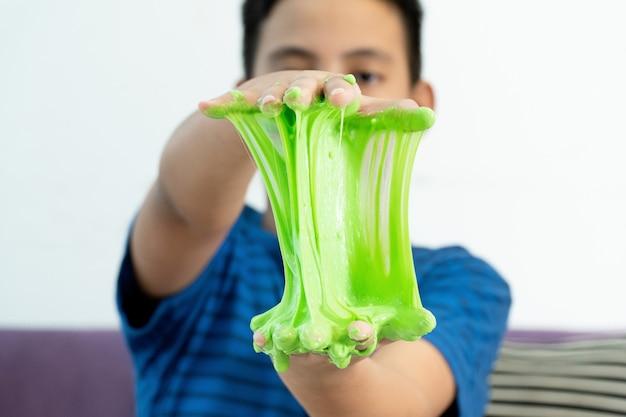 Junge hand hält hausgemachtes spielzeug namens schleim