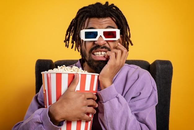 Junge hat spaß beim anschauen eines films. konzept der unterhaltung und streaming-tv.