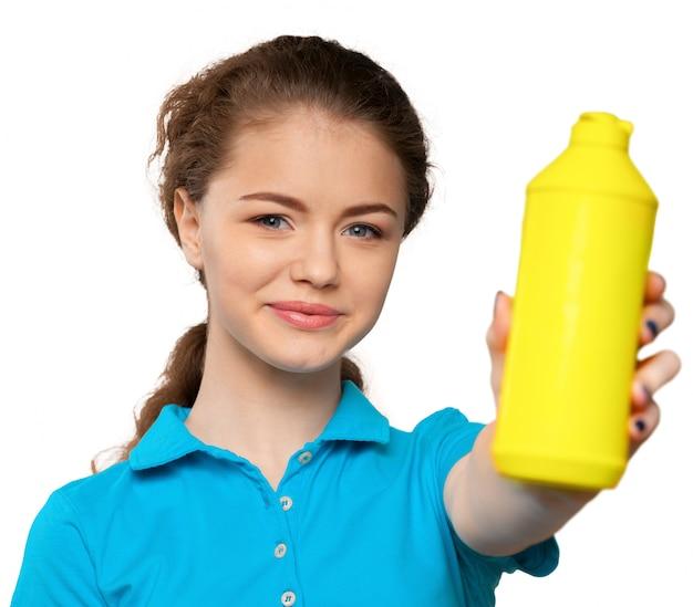 Junge hausfrau ist zum säubern bereit