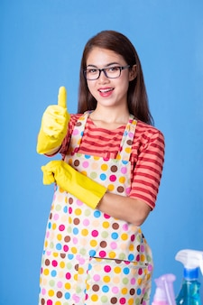 Junge haushälterin mit reinigungsmittel
