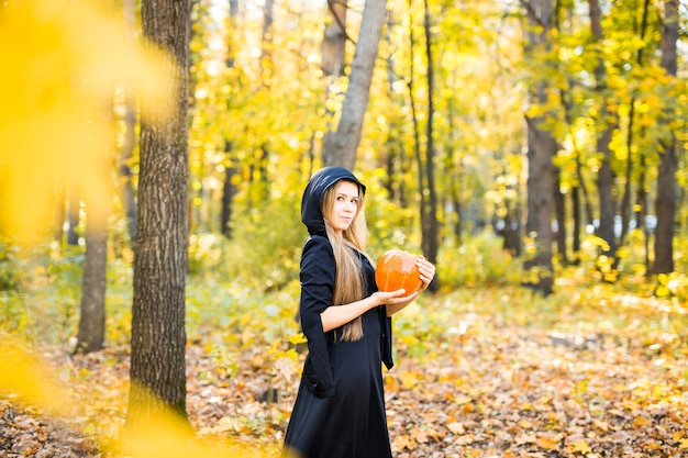 Junge hexe in einem wald. halloween-hexe