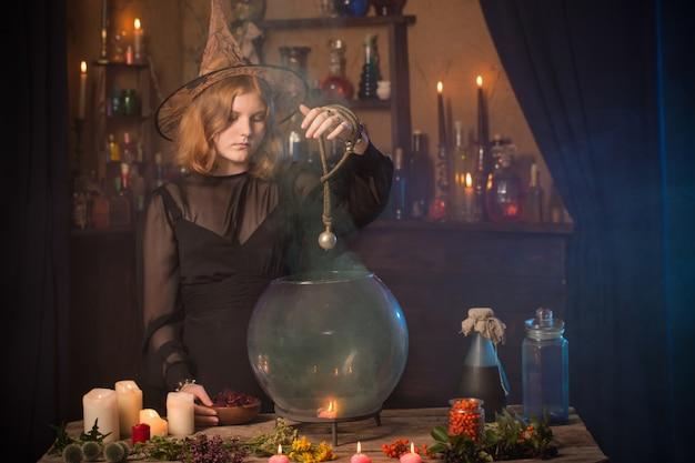 Junge hexe zu hause. halloween-konzept