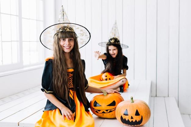 Junge hexen, die halloween-feier genießen