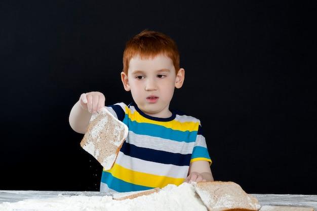Junge hilft bei der zubereitung von essen