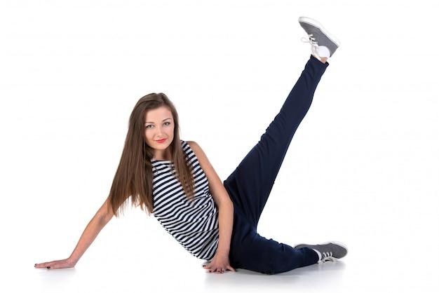 Junge hip-hop-tänzerin frau zeigt einige bewegungen.