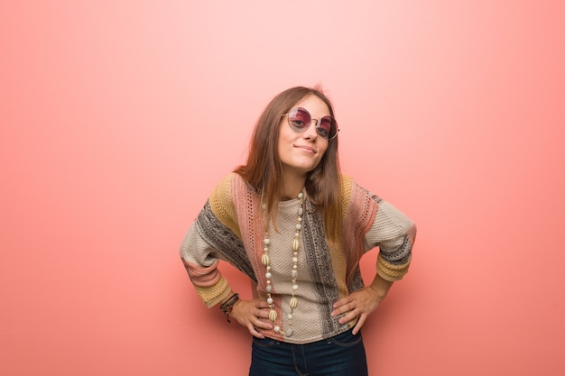 Junge hippie-frau auf rosa schimpft jemand sehr wütend