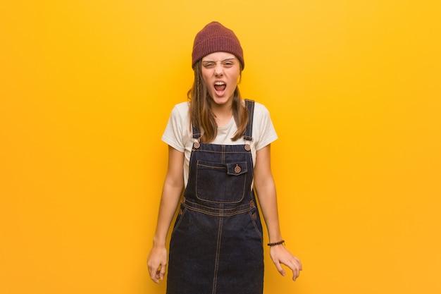 Junge hippie-frau, die sehr verärgert und aggressiv schreit