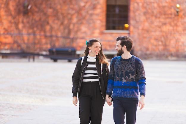 Junge hippie-paare, die in stockholm gehen
