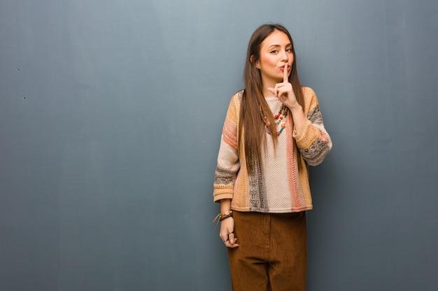 Junge hippiefrau, die ein geheimnis hält oder um ruhe bittet