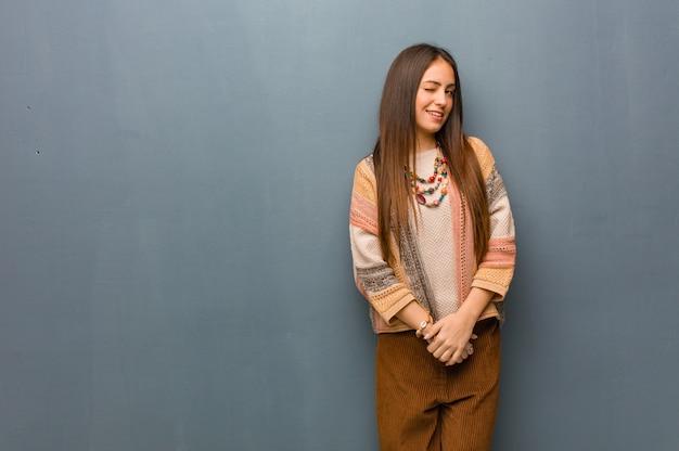Junge hippiefrau, die, lustige, freundliche und sorglose geste blinzelt